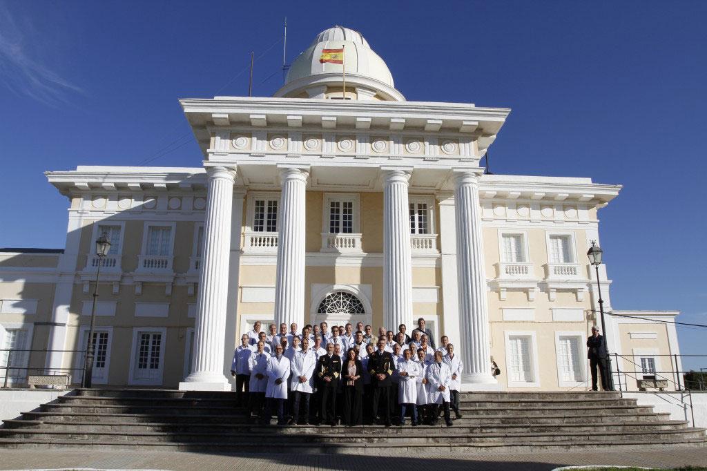 asistentes a la V Asamblea de ANPRE a las puertas del Real Instituto y Observatorio de la Armada en San Fernando