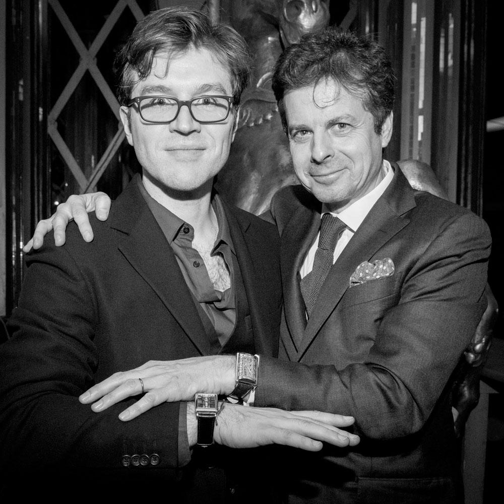 el pianista Joachim Horsley junto al CEO de Corum, Jerôme Biard.